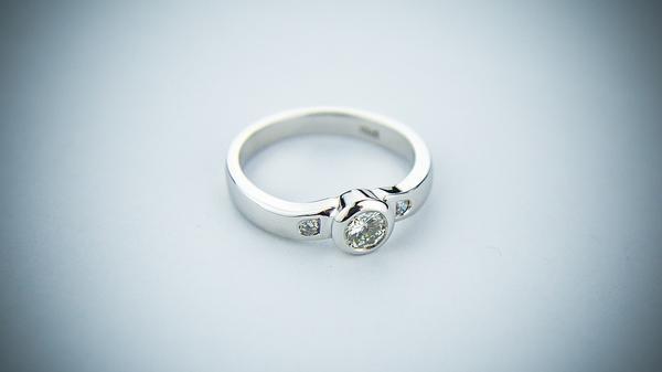 Co zrobić by wybrać pierścionek zaręczynowy?