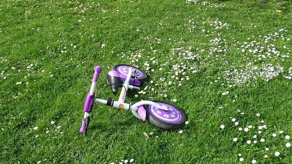 Jazda na biegowym rowerku dla dziecka